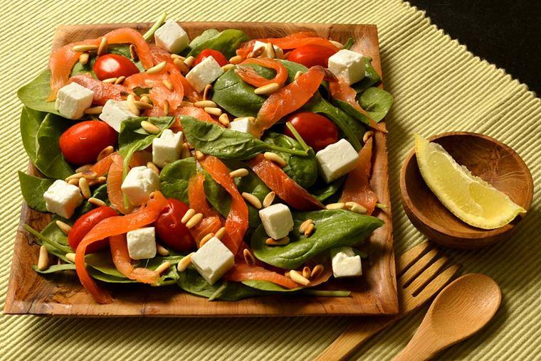Норвежский салат с красной рыбой, помидорами черри и сыром фета