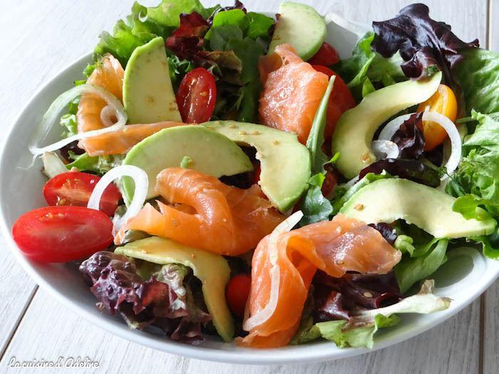 Норвежский салат с красной рыбой, авокадо и помидорами черри