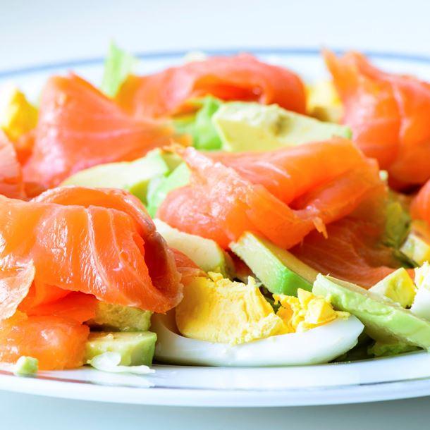 Норвежский салат с красной рыбой, авокадо и яйцом