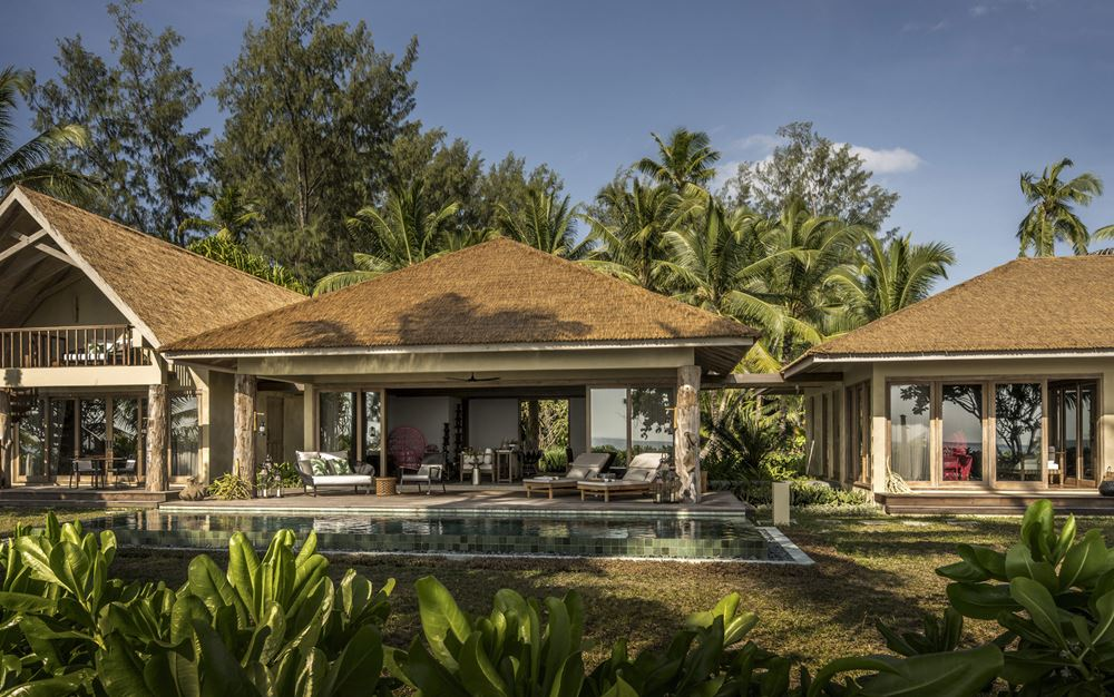 Отель Four Seasons Resort Seychelles at Desroches Island - виллы у бассейна