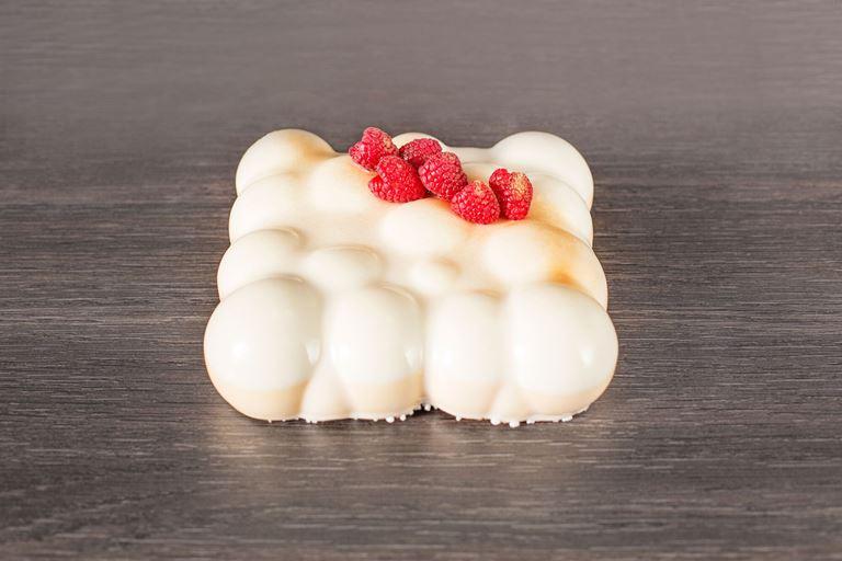 Новая коллекция тортов от ресторана MC Traders - торт с белой глазурью и малиной