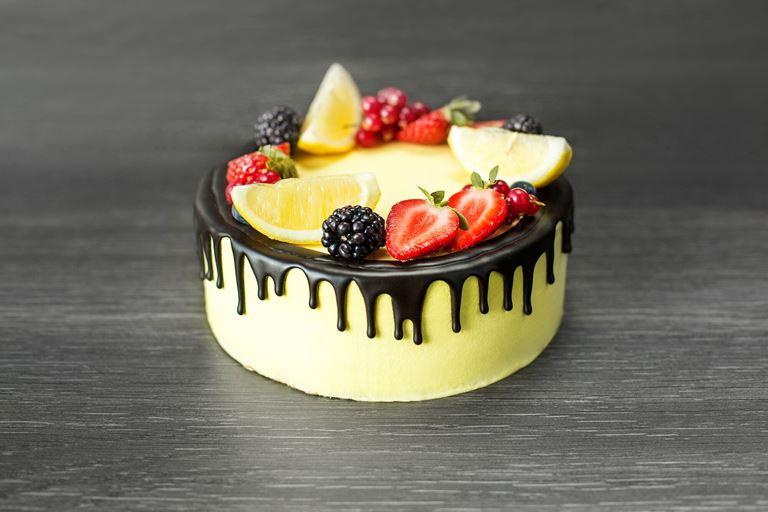 Новая коллекция тортов от ресторана MC Traders - жёлтый торт с ягодами