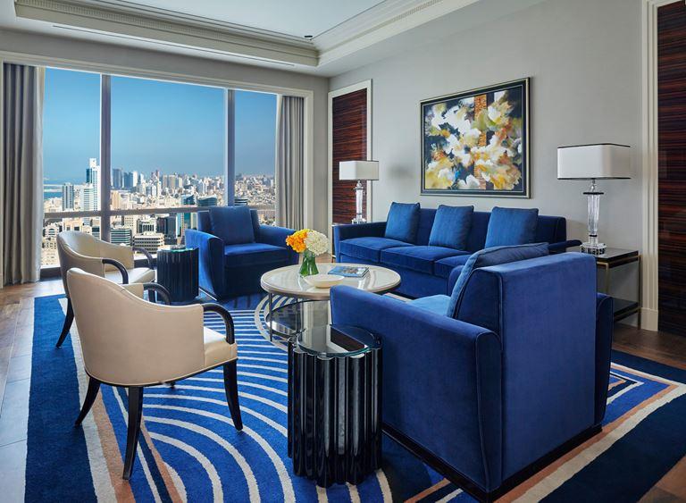 Four Seasons Hotel Bahrain Bay  - интерьер номера в синих тонах