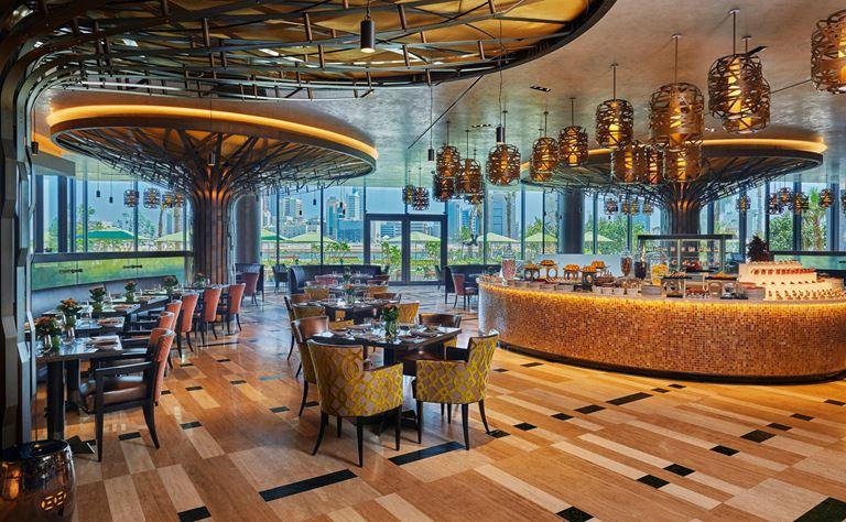Four Seasons Hotel Bahrain Bay  - ресторан в золотых тонах