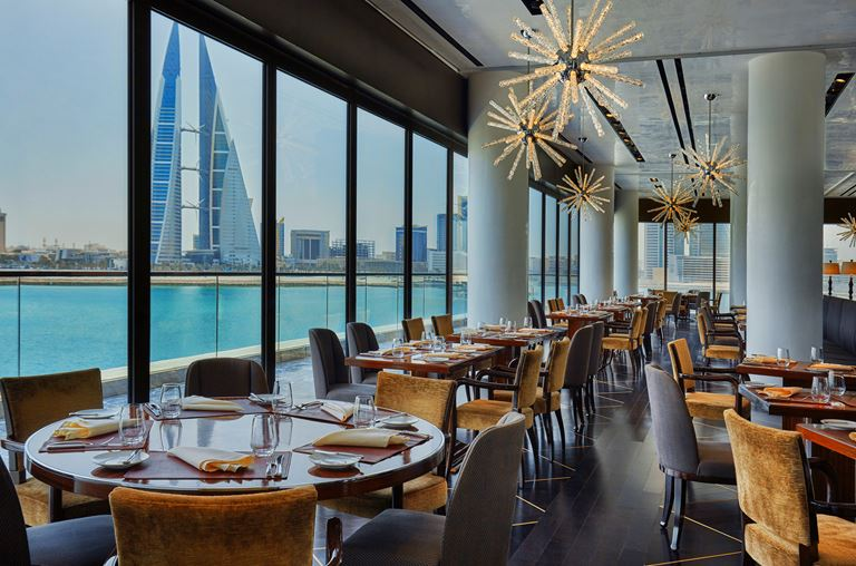 Four Seasons Hotel Bahrain Bay  - ресторан с видом на город