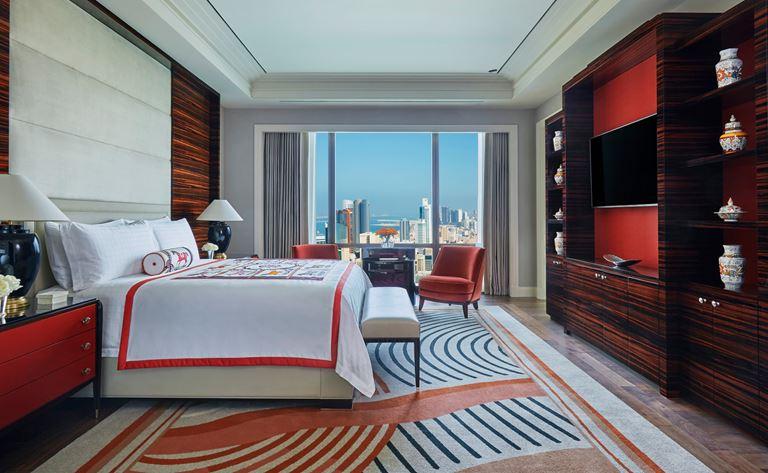 Four Seasons Hotel Bahrain Bay  - интерьер двухместного номера в красных тонах