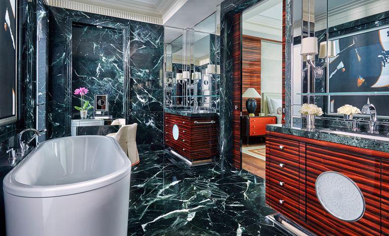 Four Seasons Hotel Bahrain Bay  - мраморная ванная комната