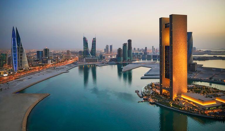 Four Seasons Hotel Bahrain Bay  - панорамный вид на город вечером