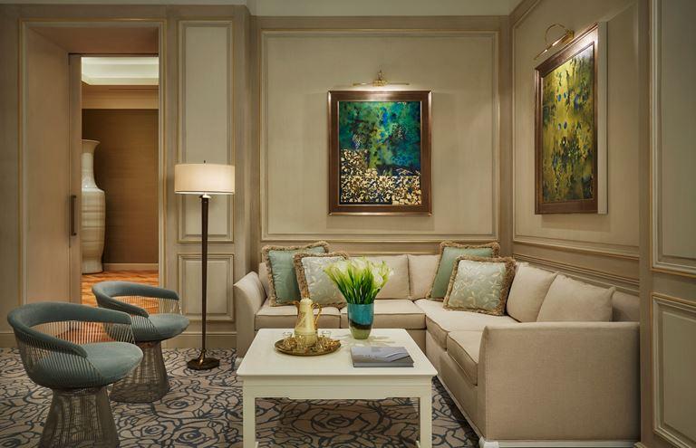 Four Seasons Hotel Bahrain Bay  - интерьер номера в бежевых тонах