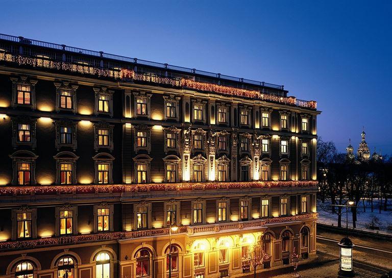 Гранд Отель Европа в Санкт-Петербурге вечером в ночном освещении