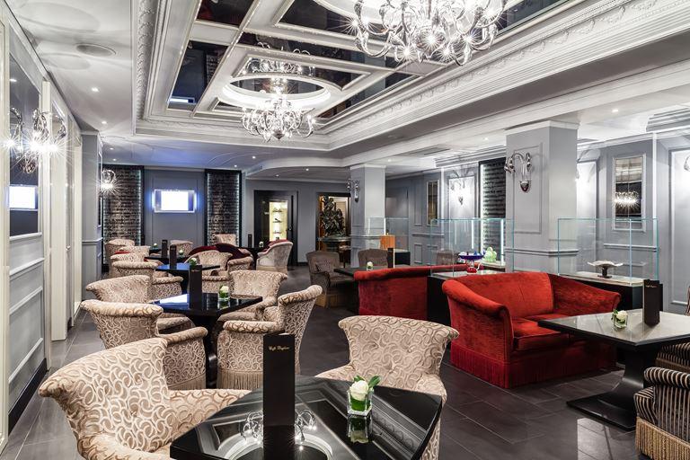 Hotel Carlton Baglioni - интерьер в серебристых тонах с креслами и столиками