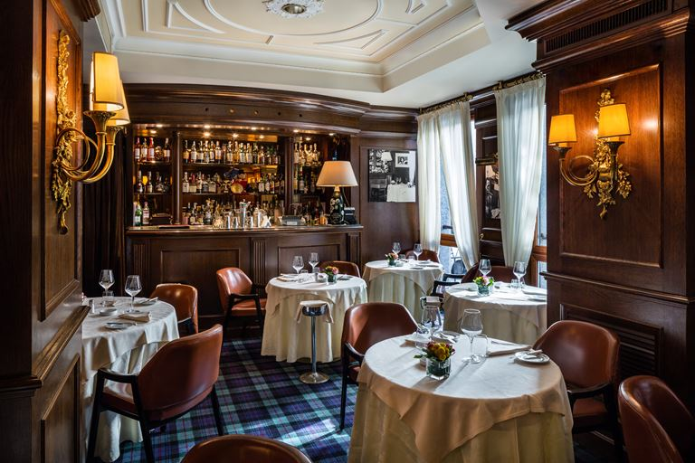 Hotel Carlton Baglioni - интерьер ресторана с баром