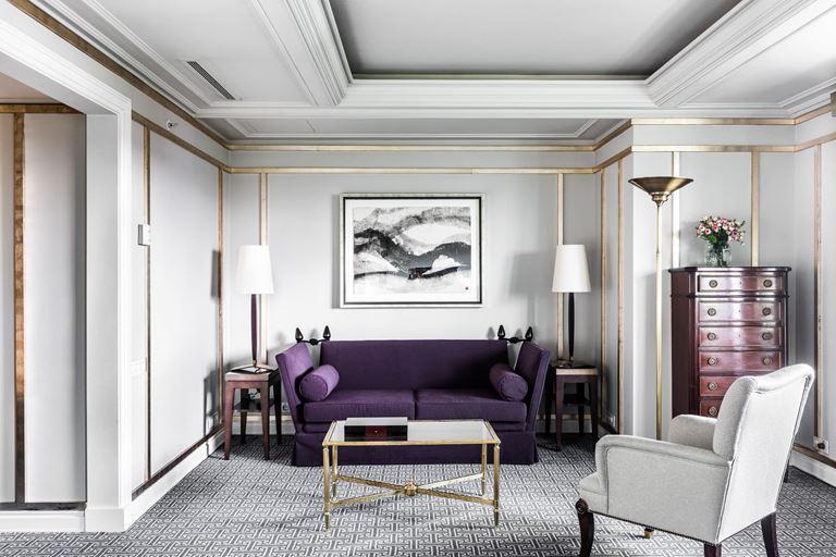 Отель Villa Magna в Мадриде – гостиная с фиолетовым диваном
