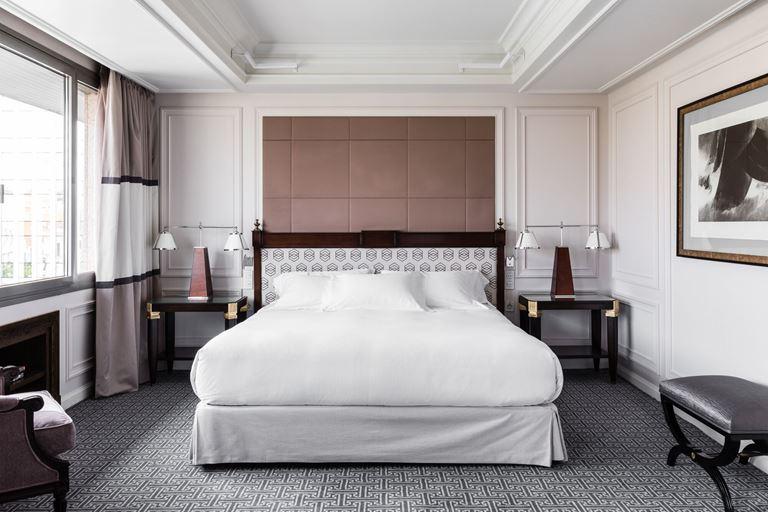 Отель Villa Magna в Мадриде – интерьер номера с большой кроватью