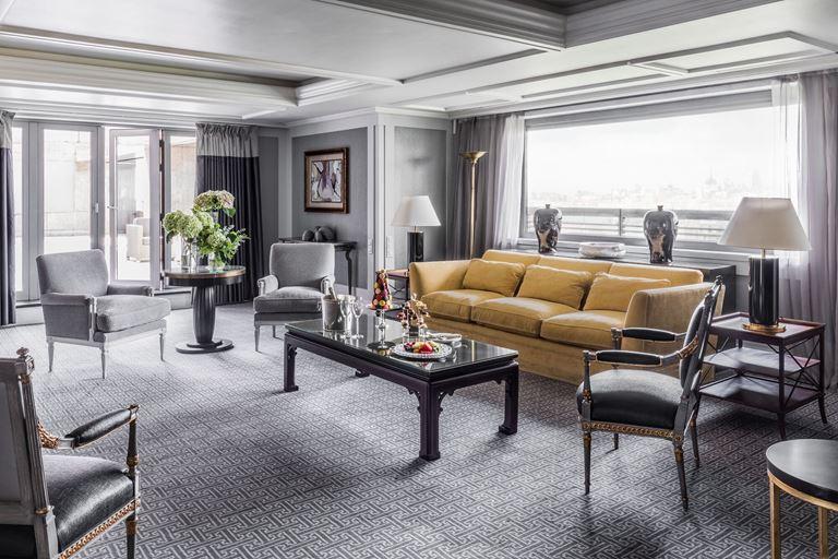 Отель Villa Magna в Мадриде – большая гостиная с жёлтым диваном