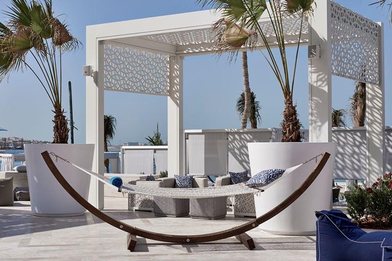 DRIFT Beach Club – место для пляжного отдыха в Дубае - беседка и гамак с подушками
