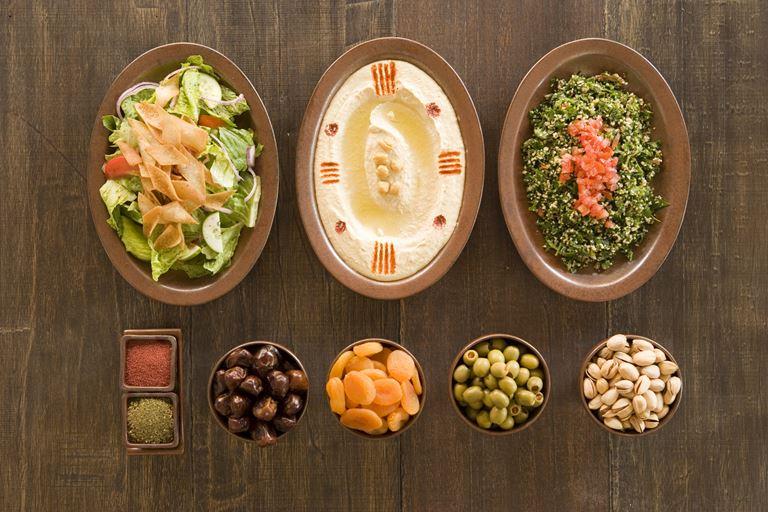 Питание с Six Senses - тарелки с продуктами, орехами и специями