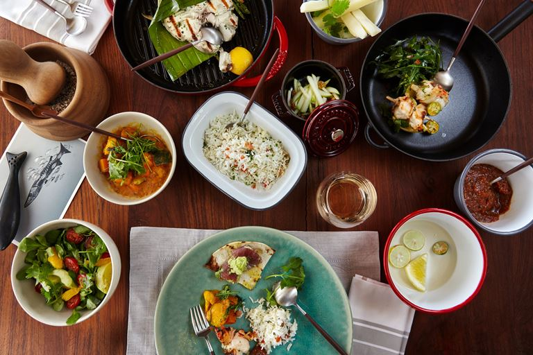 Питание с Six Senses - стол с блюдами