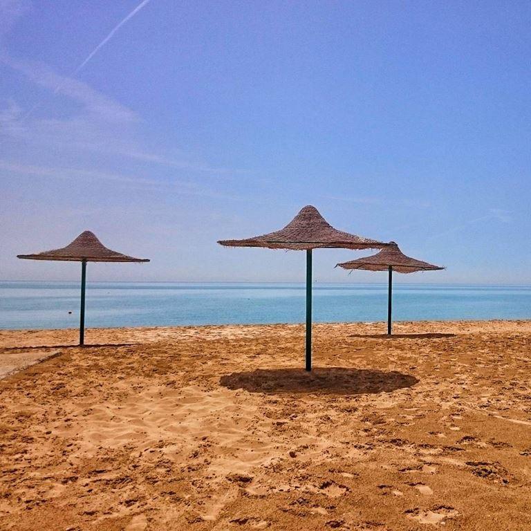 Один из песчаных пляжей в курортной зоне Айн-Сохна на берегу Красного моря (фото: @hoormonir)