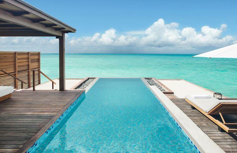 Курортный отель Fairmont Maldives Sirru Fen Fushi на Мальдивах - открытый бассейн с видом на океан