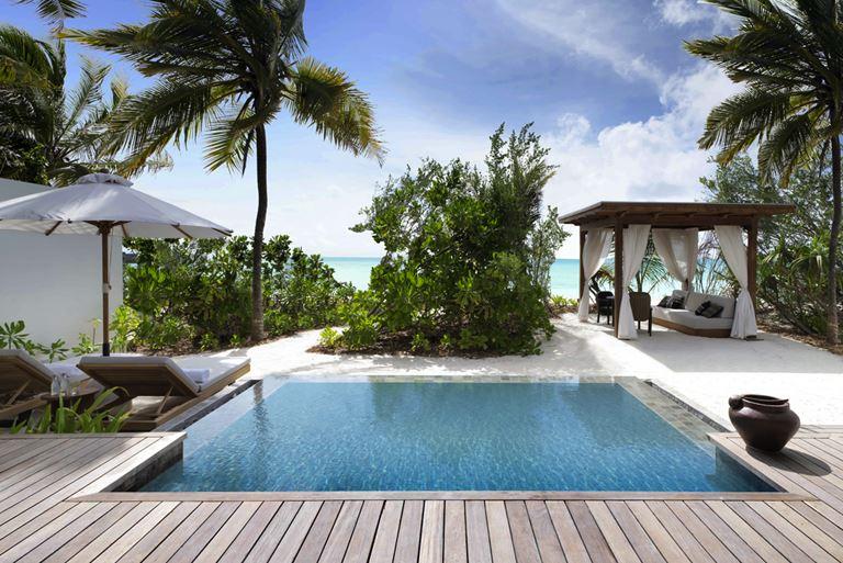 Курортный отель Fairmont Maldives Sirru Fen Fushi на Мальдивах - бассейн на берегу океана