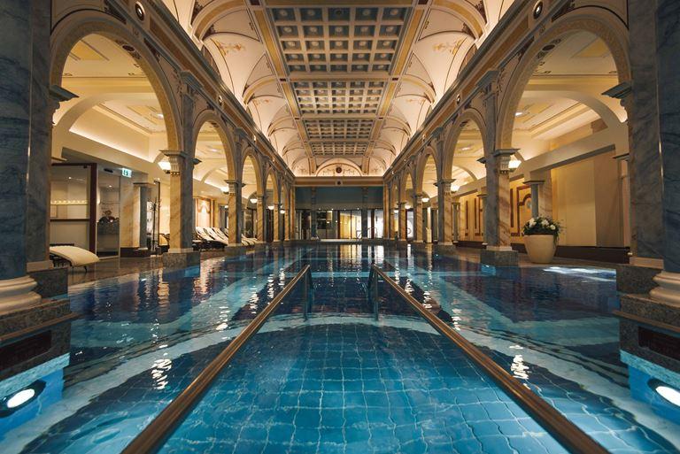 Курорт Grand Resort Bad Ragaz в Швейцарии - крытый бассейн отеля