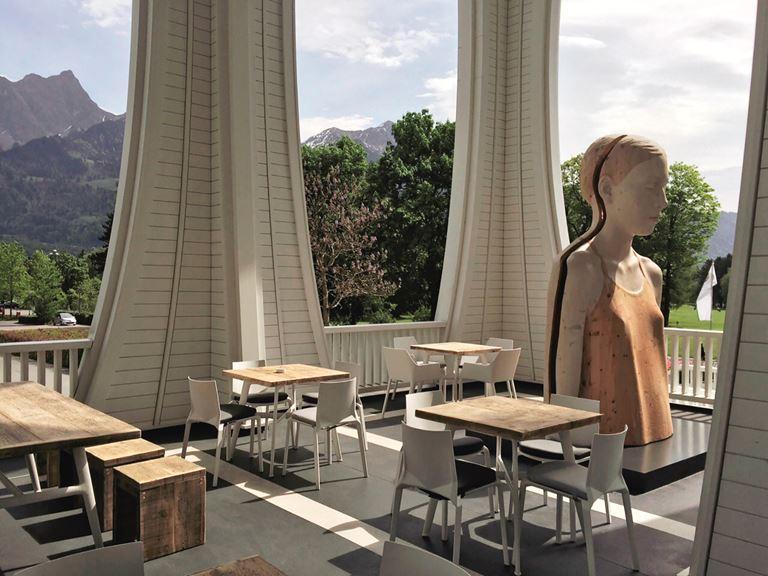 Курорт Grand Resort Bad Ragaz в Швейцарии - терраса отеля с видом на горы