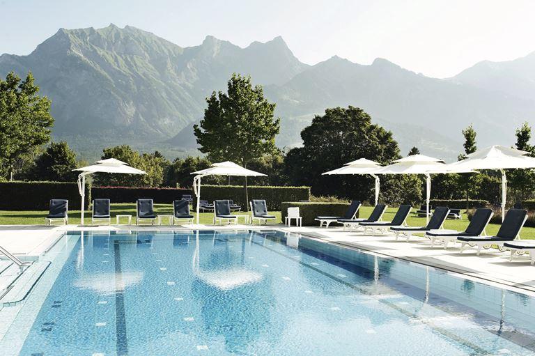 Курорт Grand Resort Bad Ragaz в Швейцарии - открытый бассейн отеля с видом на горы