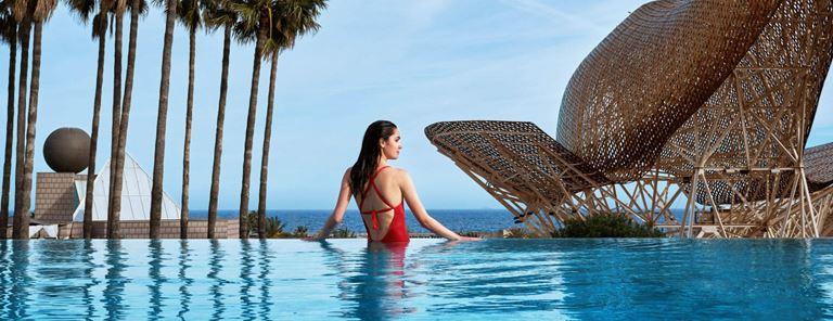 Открытый инфинити-бассейн и зона отдыха в отеле Hotel Arts Barcelona