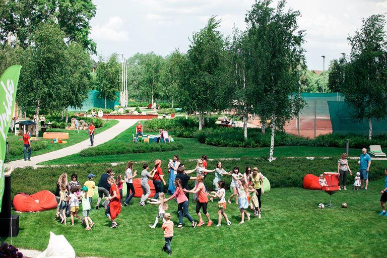Детский летний Pride Summer Camp 2018 - дети играют в игру