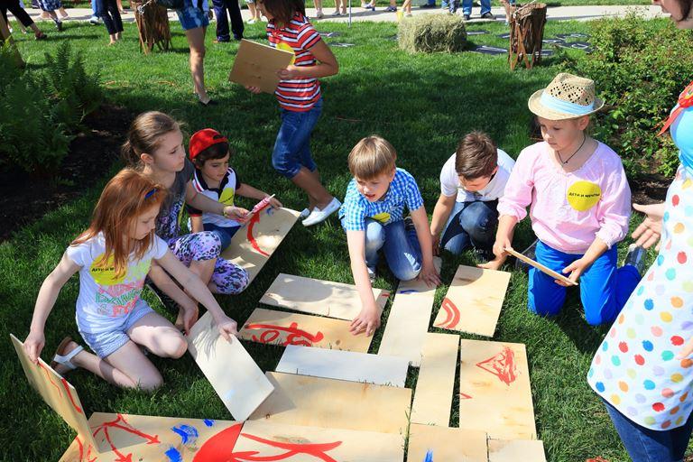 Детский летний Pride Summer Camp 2018 - дети играют в дощечки
