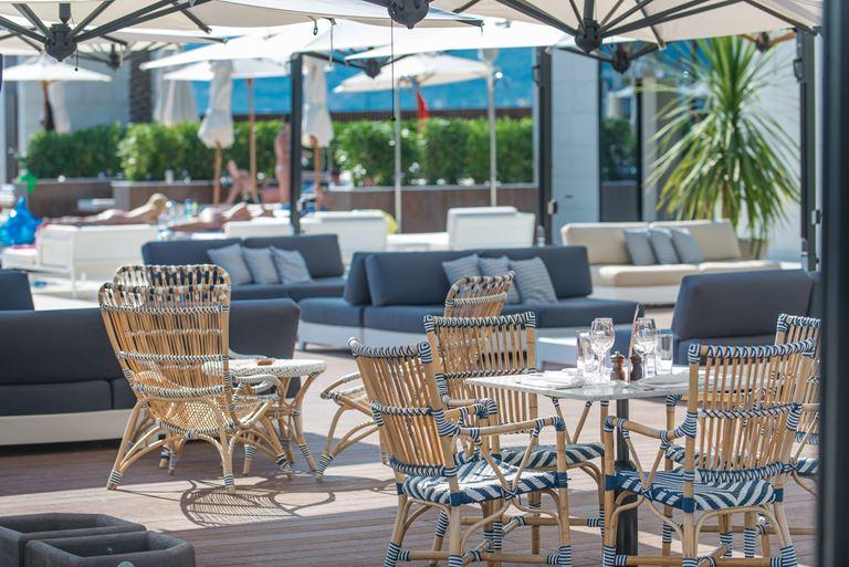 Курорт Regent Porto Montenegro в Тивате - терасса на открытом воздухе