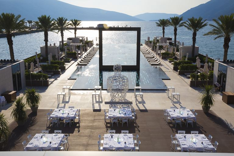 Regent Porto Montenegro - открытый бассейн на берегу Которского залива