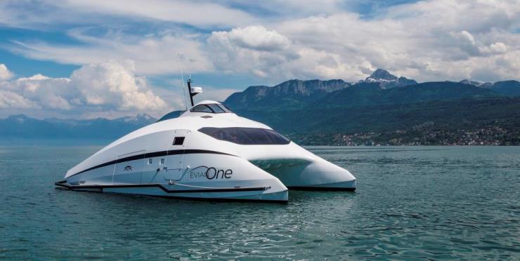 Evian One - роскошный катамаран для водных прогулок по Женевскому озеру