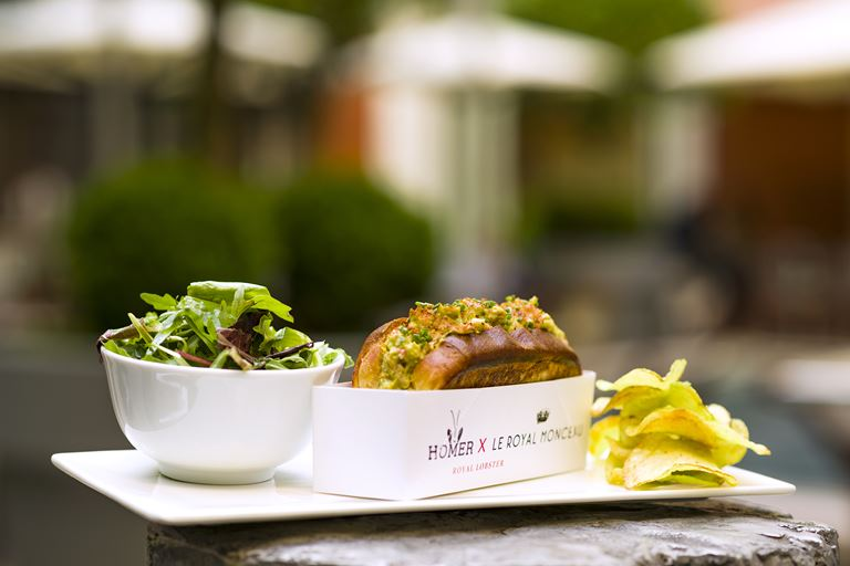 Lobster Roll от Homer Lobster и Le Royal Monceau-Raffles