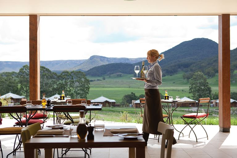 Кулинарный фестиваль на курорте Emirates One&Only Wolgan Valley - терраса ресторана с видом на горы