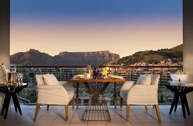 Вино и гастрономия курорта One&Only Cape Town - вид с террасы отеля на горы