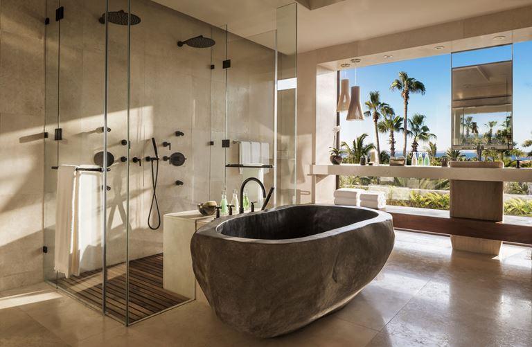 Курорт One&Only Palmilla в Лос-Кабосе, Мексика - ванная комната с каменной ванной и душевой кабиной