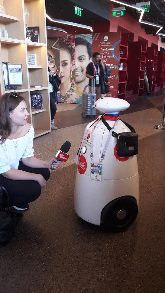 Робот-болельщик Борис поселится в Azimut Отель Смоленская Москва