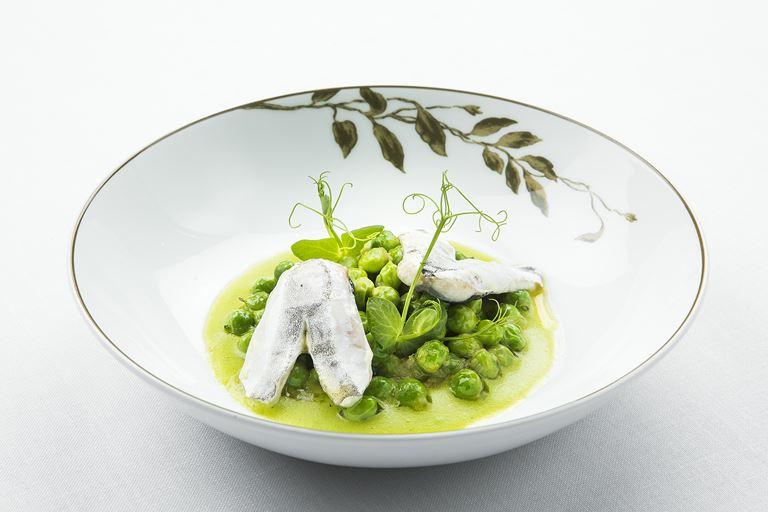 Ресторан SOLC отеля Majestic Hotel&Spa Barcelona - блюдо с горохом Маресме