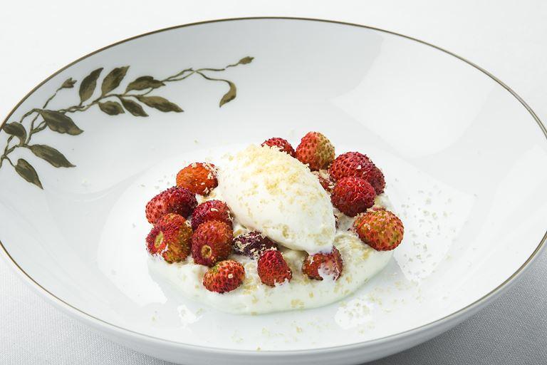 Ресторан SOLC отеля Majestic Hotel&Spa Barcelona - блюдо мороженое с земляникой