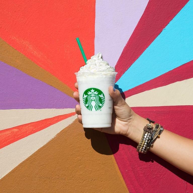 Гид по летним холодным напиткам Starbucks -  Ванильно-Сливочный Фраппуччино.