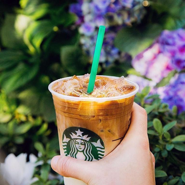 Гид по летним холодным напиткам Starbucks -  Охлажденный Карамель Маккиато