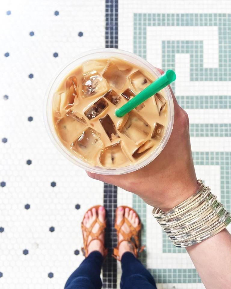 Гид по летним холодным напиткам Starbucks - Охлаждённый Латте