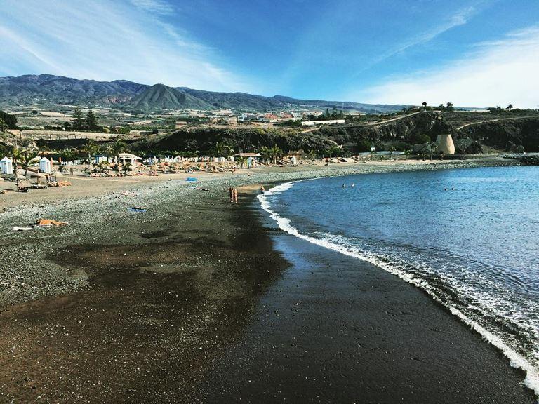 Отдых на острове Тенерифе летом - Черный пляж с Голубым флагом Плайя де ла Арена