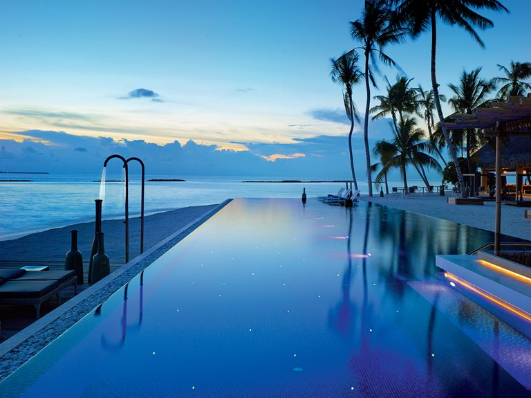 Курорт Velaa Private Island Maldives - бассейн с видом на океан