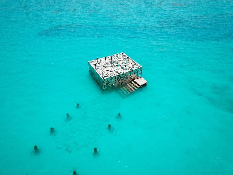 В Fairmont Maldives Sirru Fen Fushi открывается подводный музей Coralium