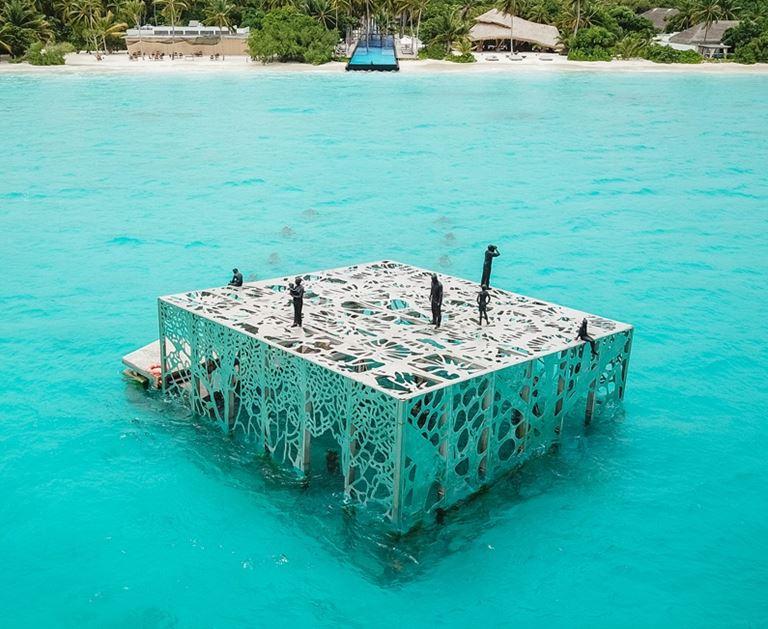 В Fairmont Maldives Sirru Fen Fushi открывается подводный музей Coralarium