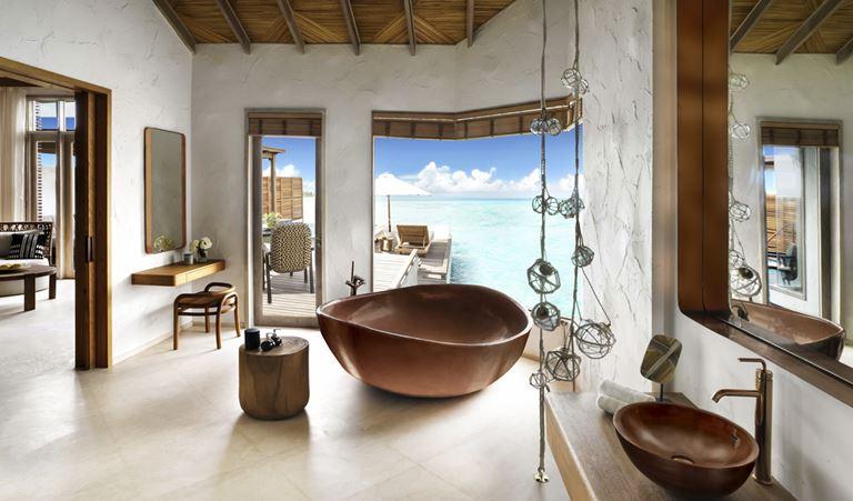 Курорт Fairmont Maldives Sirru Fen Fushi - интерьер виллы с видом на океан