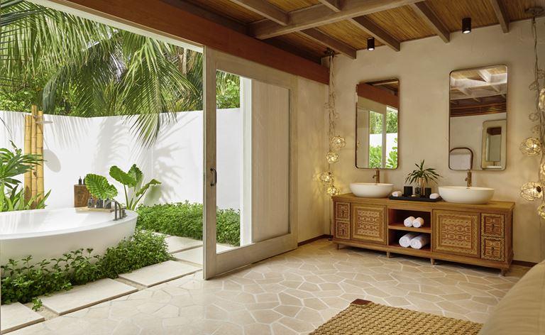 Курорт Fairmont Maldives Sirru Fen Fushi - интерьер виллы с видом на внутренний дворик